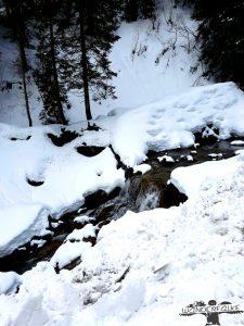 Wasser und Schnee in den Bergen