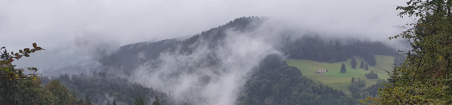 mystische Wolken ziehen über Berge - Slider