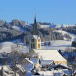 Kirche in Oberstaufen im Winter
