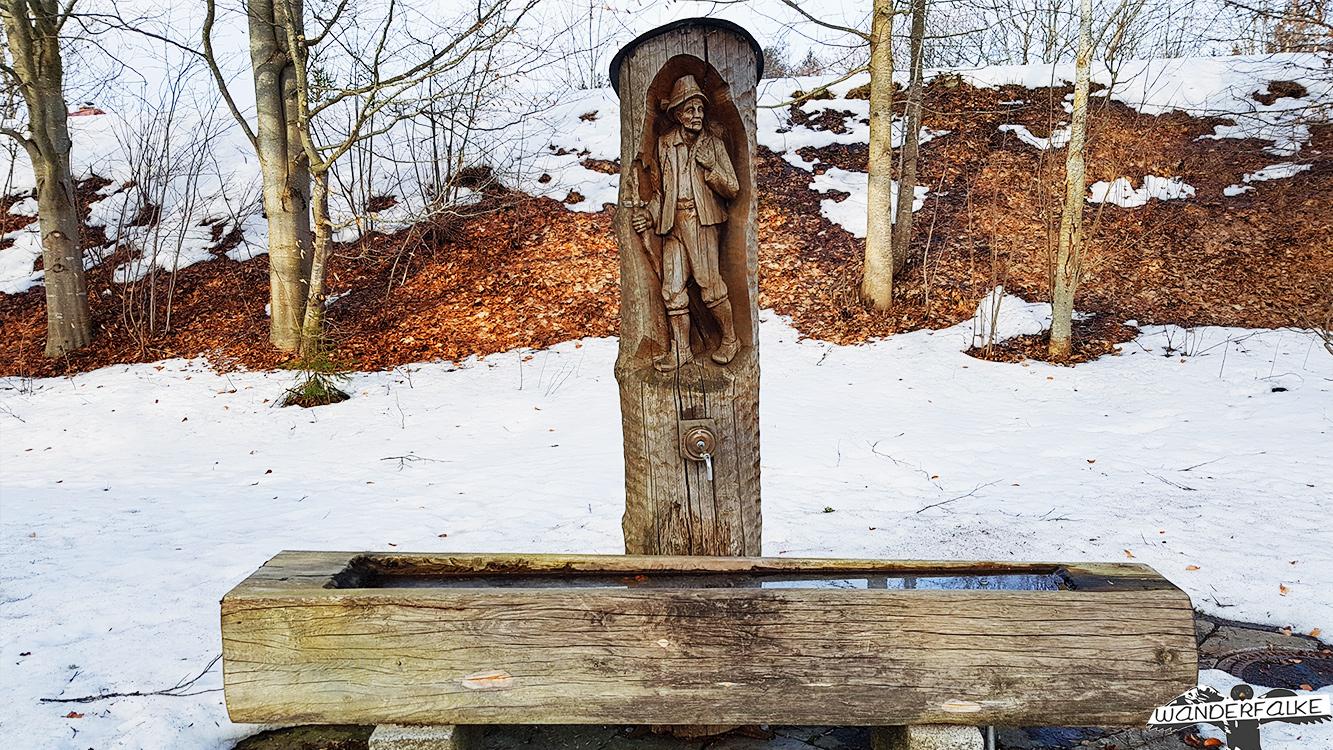 geschnitzter Brunnen aus Holz Hinterzarten