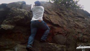 Wanderfalke Silas Landeck klettert am Fels