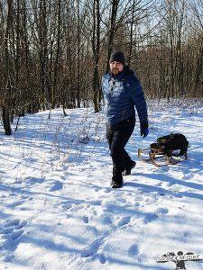Winterwandern mit Schlitten und Wanderführer Wanderfalke auf dem Giller bei Lützel im Siegerland
