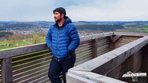 Bild zeigt unsere getestete Outdoorkleidung von Maier Sports für den Härtetest auf dem Aussichtsturm in Wenden