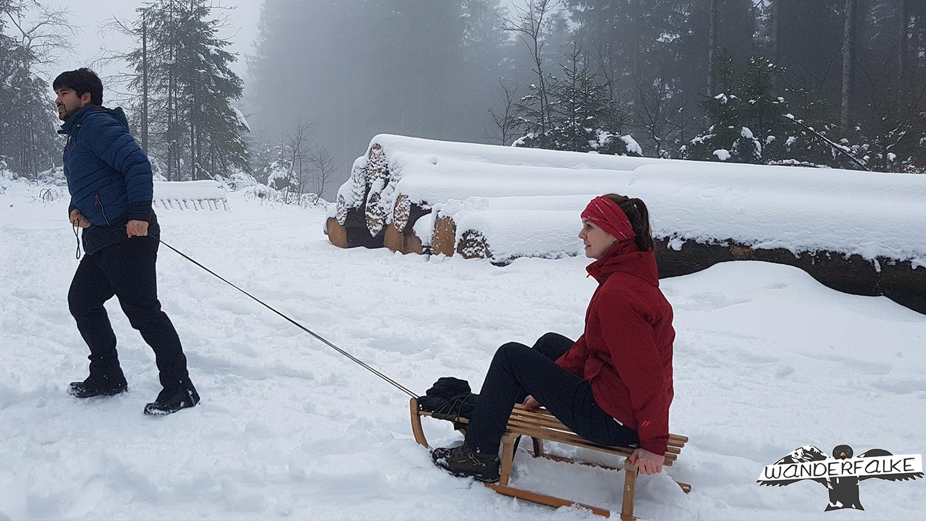 Wanderfalke Härtetest Maiersports im Schnee Schlittenfahren Skigebiet Olpe Fahlenscheid