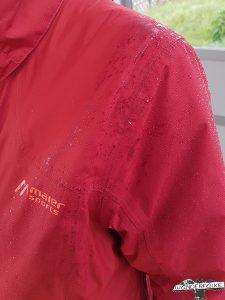 Outdoorkleidung Outdoorjacke Maier Sports Wasserdicht Härtetest