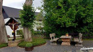 Picknickbank-Wolfgarten-Wildnis-Trail-Wanderfalke-Nationalpark-Eifel