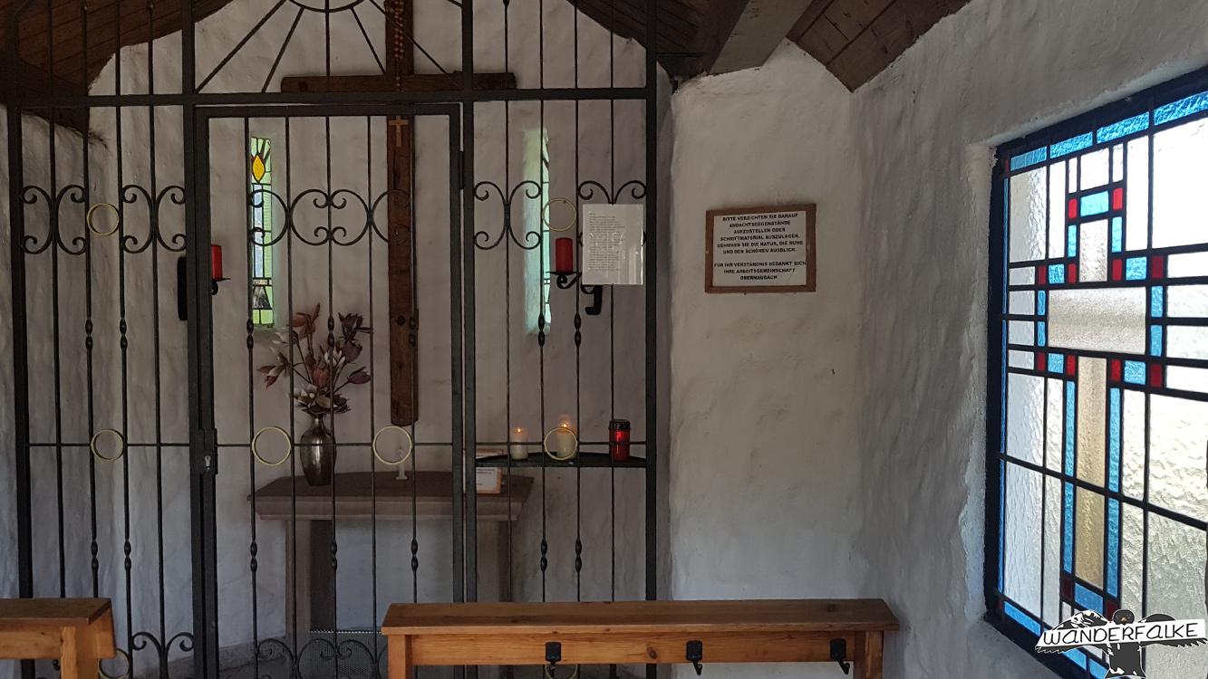 Waldkapelle Obermaubach Inneneinrichtung Kirchenfenster Buntsandsteinroute Nordeifel