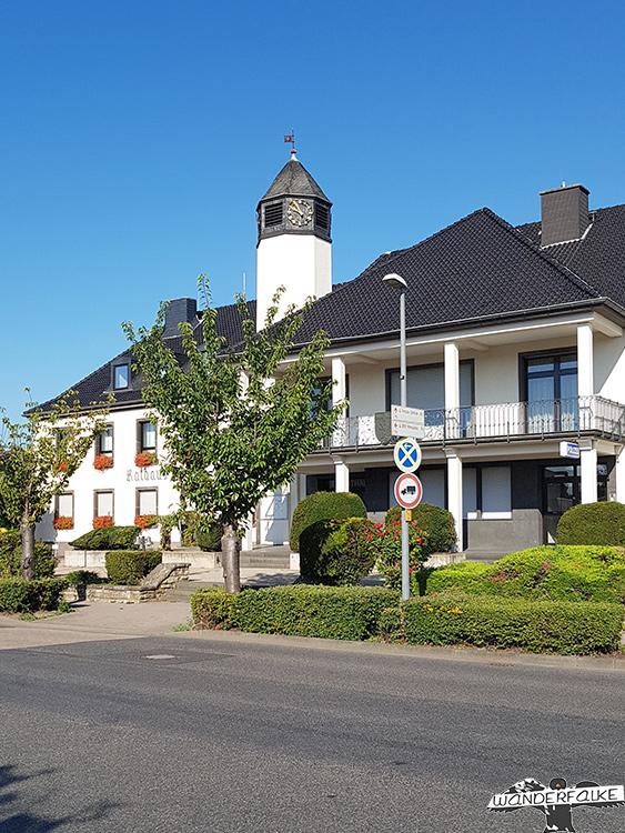 Rathaus in Kreuzau Startpunkt Buntsandsteinroute Eifel