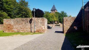 Vorhof der Burg Nideggen im Nationalpark Eifel