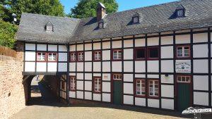Fachwerk der Burg Nideggen im Nationalpark Eifel entlang des Wanderwegs Buntsandsteinroute Nordeifel wandern
