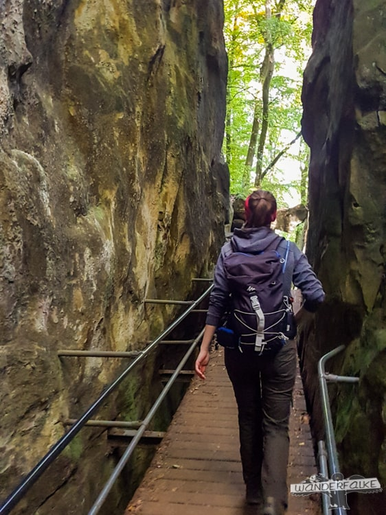 Brücke durch den Fels Felsenweg Teufelsschlucht Ernzen Echternach NaturWanderPark delux Wanderfalkeonline wandern