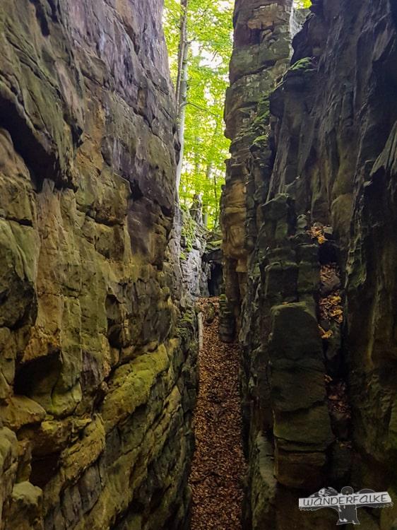 Felsspalte Felsenweg Teufelsschlucht Ernzen Echternach NaturWanderPark delux Wanderfalkeonline wandern