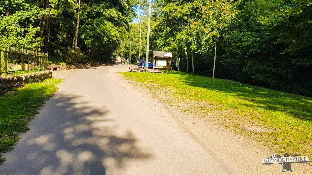 Parkplatz Felsenweiher am Felsenweg Teufelsschlucht in Ernzen Naturpark Südeifel Wanderfalkeonline