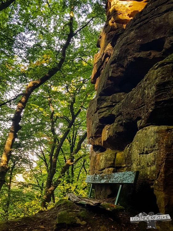 Ruhebank am Fels Felsenweg Teufelsschlucht Ernzen Echternach NaturWanderPark delux Wanderfalkeonline wandern