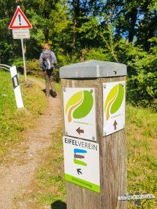 Straßenkreuzung Felsenweg Teufelsschlucht Ernzen Echternach NaturWanderPark delux Wanderfalkeonline wandern