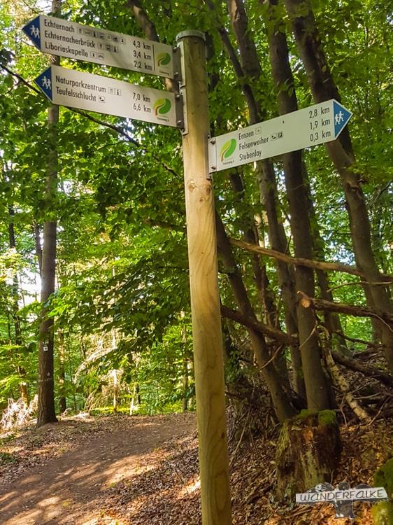 Wegweiser Felsenweg Teufelsschlucht Ernzen Echternach NaturWanderPark delux Wanderfalkeonline wandern