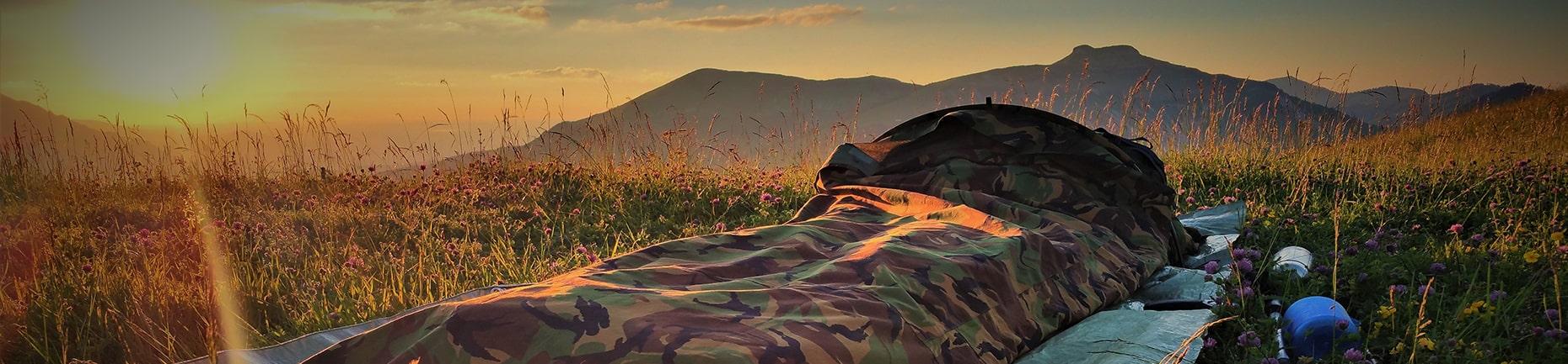 Biwakcamp in den Bergen mit Sonnenaufgang