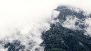 Hintergrund Berge und Wolken